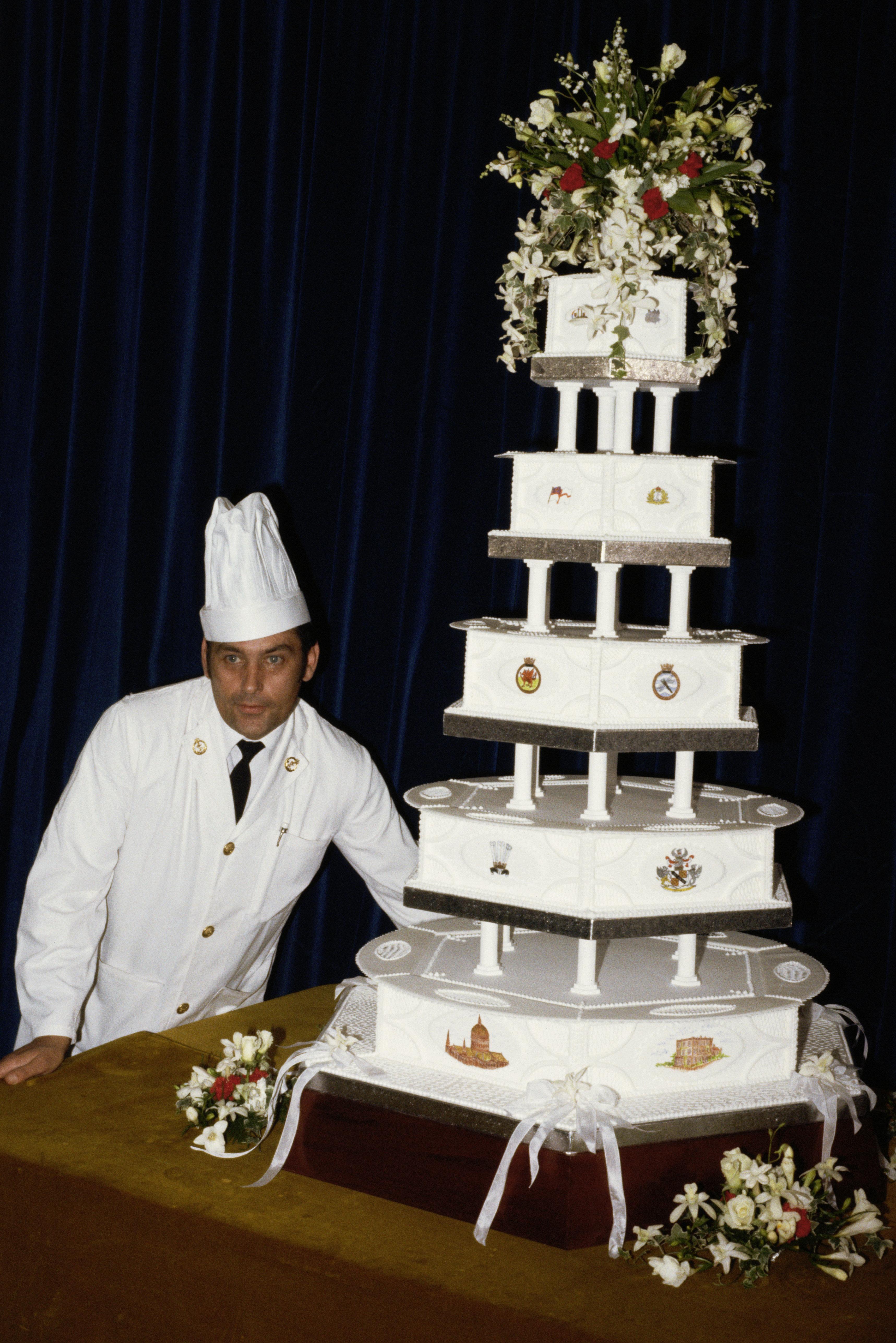 David Avery, pastelero jefe de la Royal Naval Cooking School, muestra la tarta de fruta de la boda de...