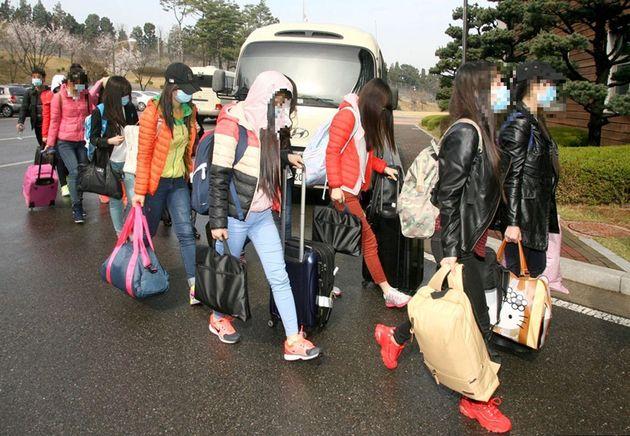 해외 북한 식당에서 근무하던 탈북자 13명이 지난 7일 인천공항을 통해 입국한 후 모처에 도착해 숙소로 걸어들어가고