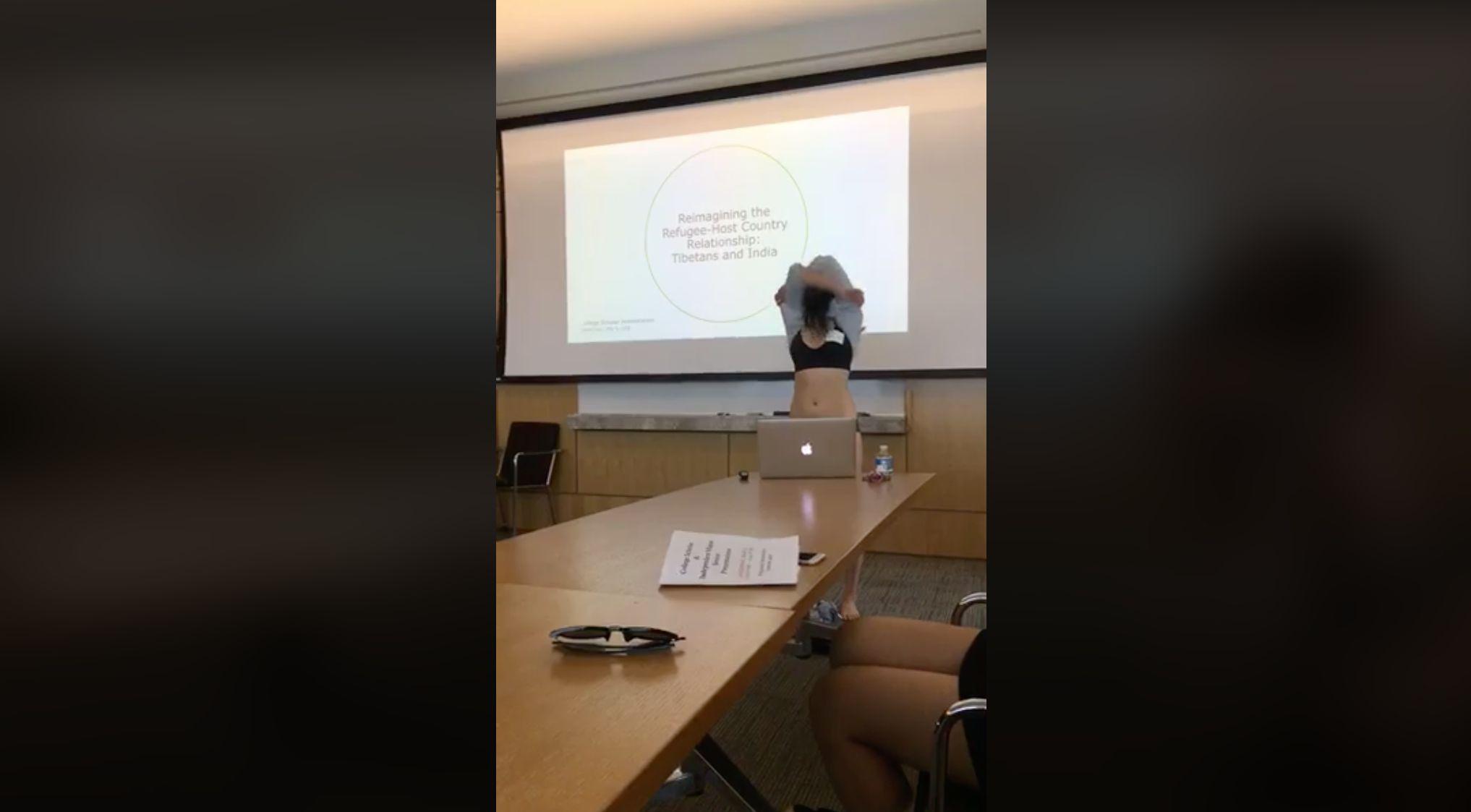 Studentin zieht sich während ihrer Präsentation aus – sie hat einen guten
