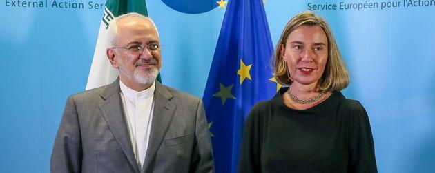 La cheffe de la diplomatie européenne Federica Mogherini et le ministre iranien des Affaires étrangères,...