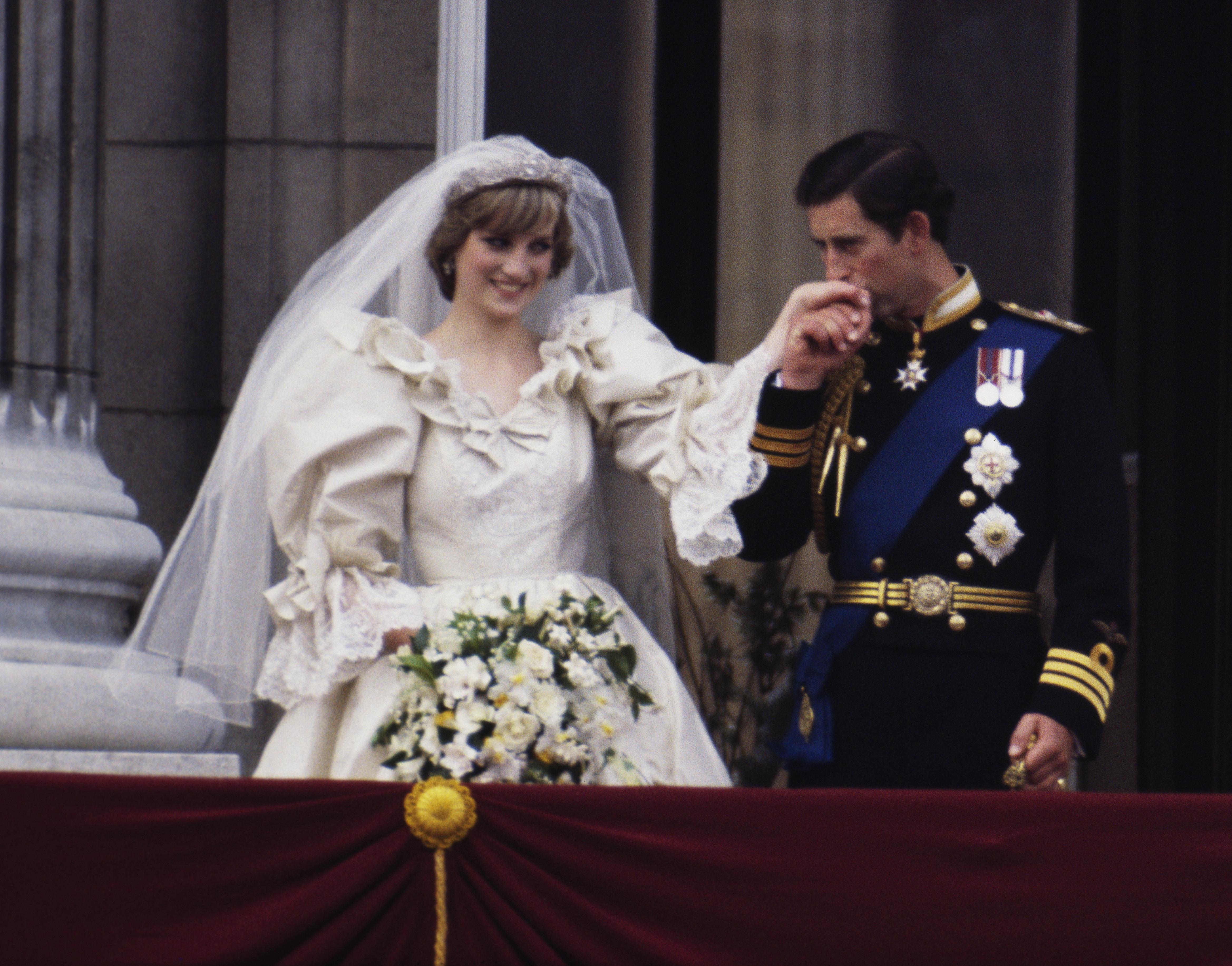Carlos llevó un uniforme militar en su boda en julio de
