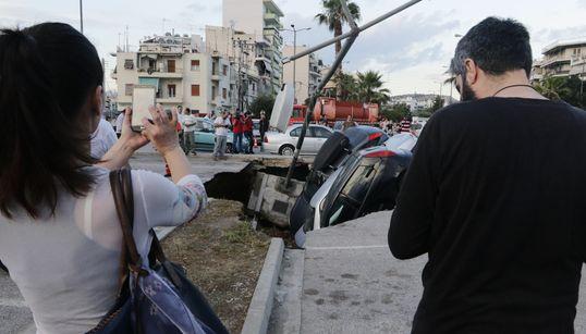 Καθίζηση στο πάρκινγκ του ΗΣΑΠ Ταύρου: «Βούλιαξαν»