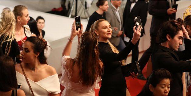 Des invités du Festival de Cannes bravant l'interdiction de prendre des selfies lors de la projection...