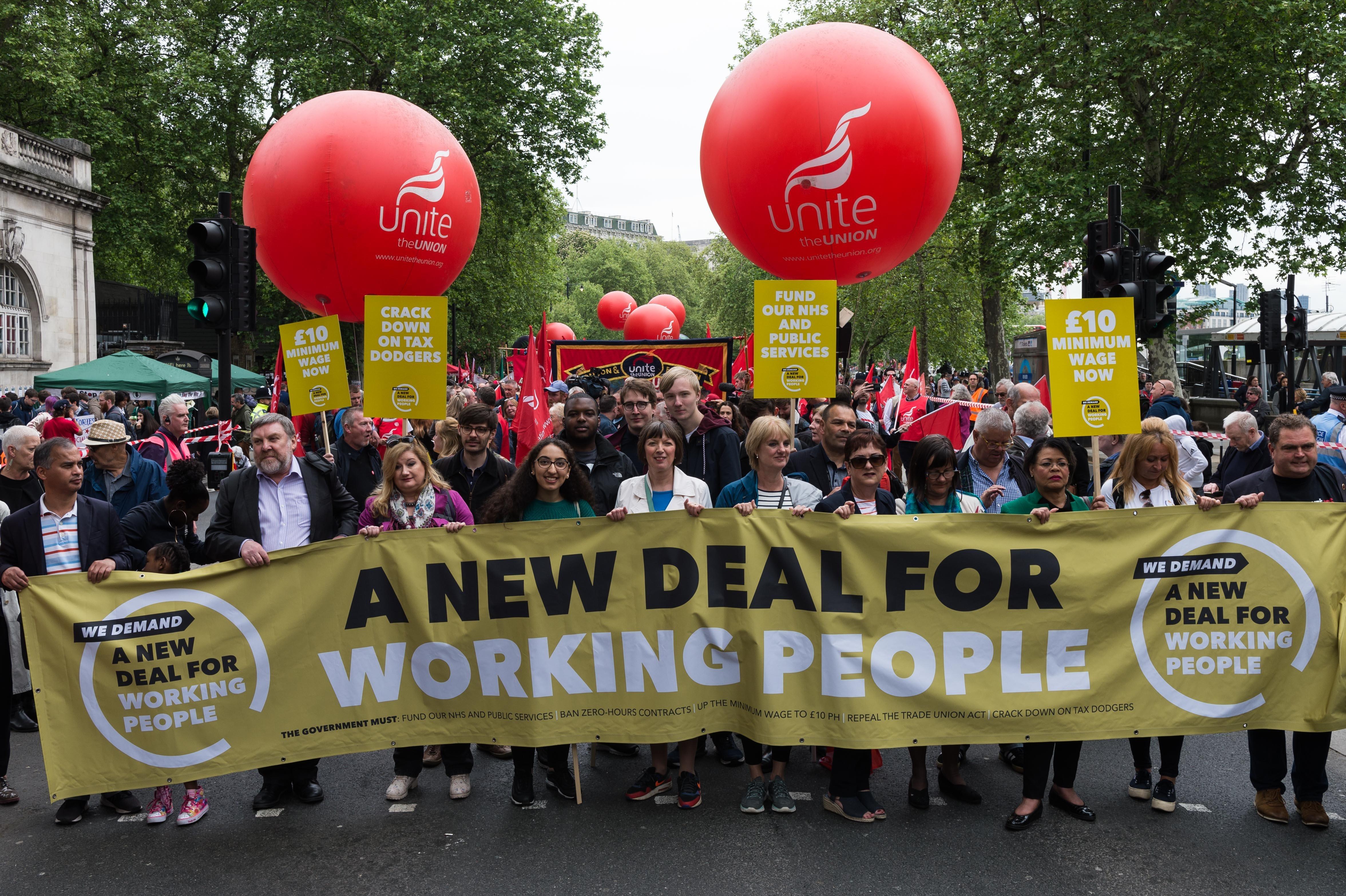 Χιλιάδες Βρετανοί στους δρόμους του Λονδίνου διεκδικώντας καλύτερους