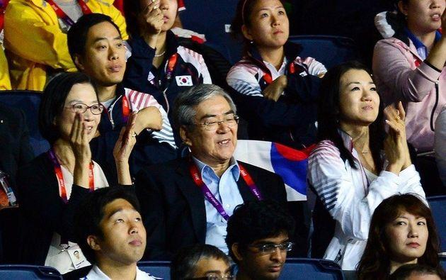 조양호 대한항공 회장이 부인 이명희(왼쪽), 딸 조현민(오른쪽) 등 가족과 함께 2012년 7월 런던올림픽 기간 중 런던 엑셀 경기장에서 탁구 경기를 관람하고