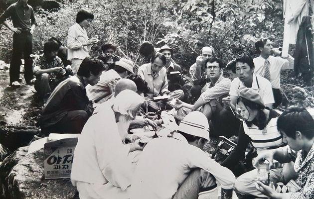 1975년 10월3일 장준하 선생이 의문사한 경기도 포천 약사봉에 김사복씨(오른쪽 세번째에서 정면을 보는 이)와 위르겐 힌츠페터 기자(김사복씨 왼쪽 안경쓴 이)가 함석헌 선생과 함께...