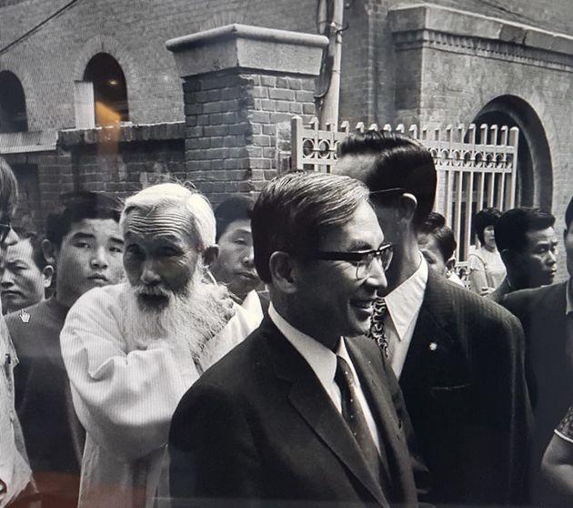 함석헌(왼쪽에서 두 번째 흰 옷을 입은 이), 장준하(맨 앞 안경 쓴 이) 선생 사이로 김사복씨의 모습이 보인다. 1974년 1월 개헌청원 백만인 서명운동 선서를 한 뒤 재판을 받게...