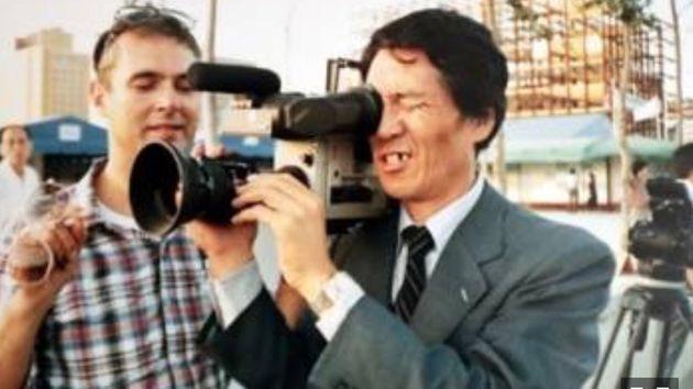 김사복씨가 위르겐 힌츠페터의 카메라를 들고 있는