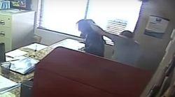 Polizist verprügelt seine Tochter vor laufender Kamera im Schulsekretariat