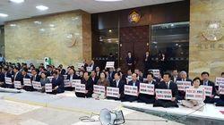 한국당이 '드루킹 특검'을 요구하며 본회의장을