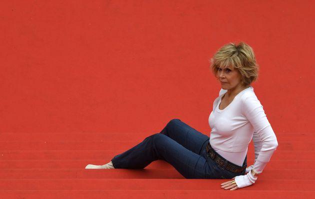 Η Jane Fonda έκανε γυμναστική στο κόκκινο χαλί των Καννών και απέδειξε γιατί είναι η απόλυτη
