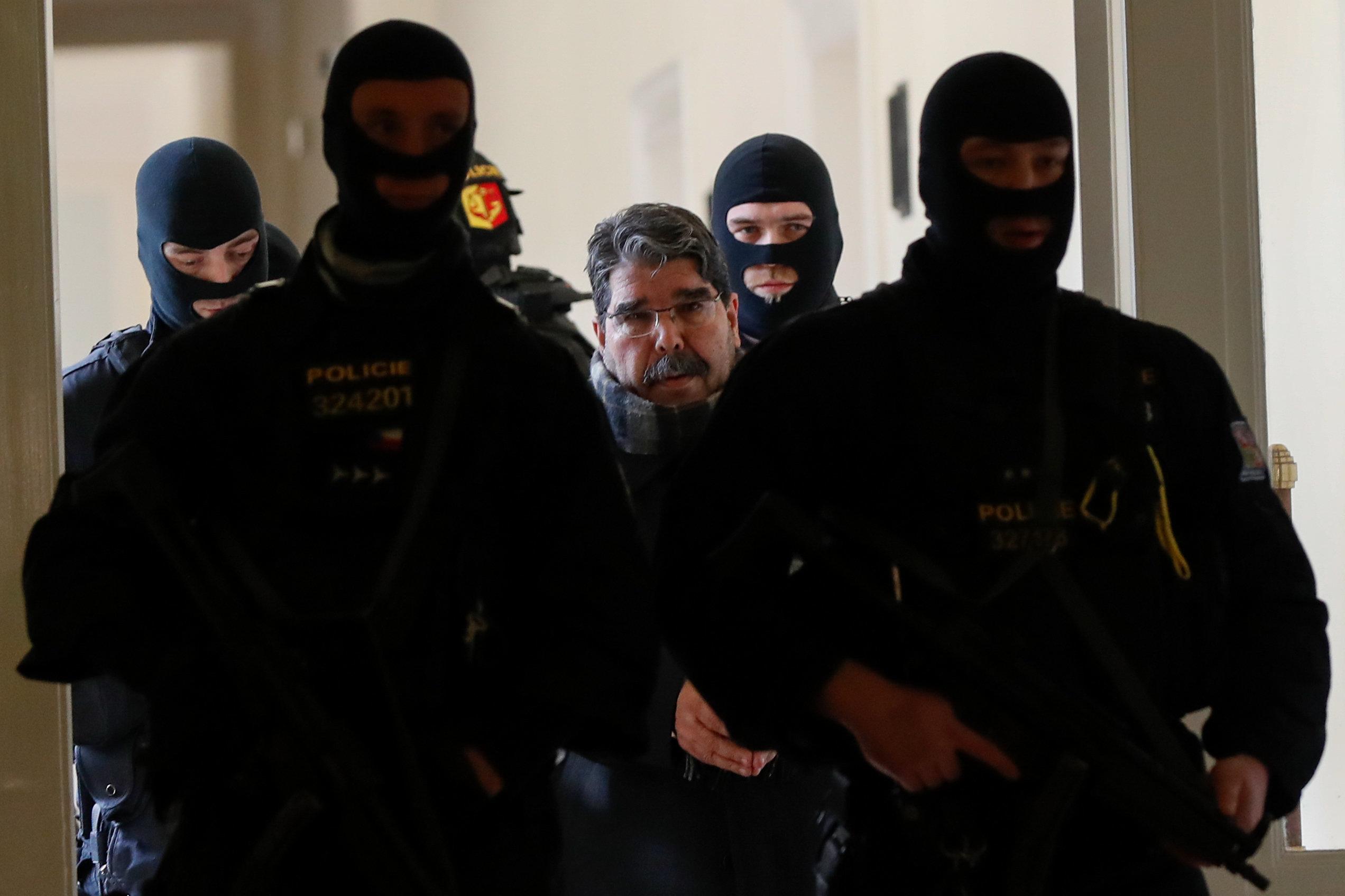 Επικηρυγμένος από τον Ερντογάν. Ο ηγέτης των Κούρδων της Συρίας μιλά αποκλειστικά στη HuffPost Greece