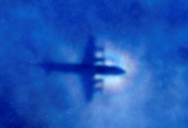 Εμπειρογνώμονες που αναζητούσαν τη χαμένη πτήση της Malaysia Airlines υποστηρίζουν πως έριξε το αεροπλάνο...