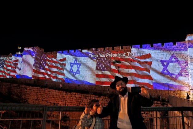 Die israelische und die US-Flaggewurden am Montagan Mauern der Altstadt von Jerusalem