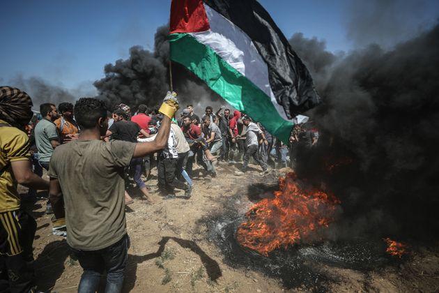 Ein Protestierender mit derFlagge von