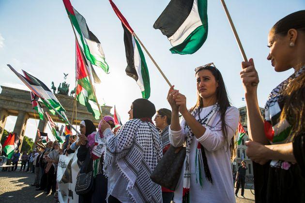 Palästinenser demonstrieren vor der US-Botschaft am Brandenburger Tor in