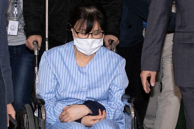 사진은최순실 씨가 10일 오전 서울 강동구 강동성심병원으로 입원하는