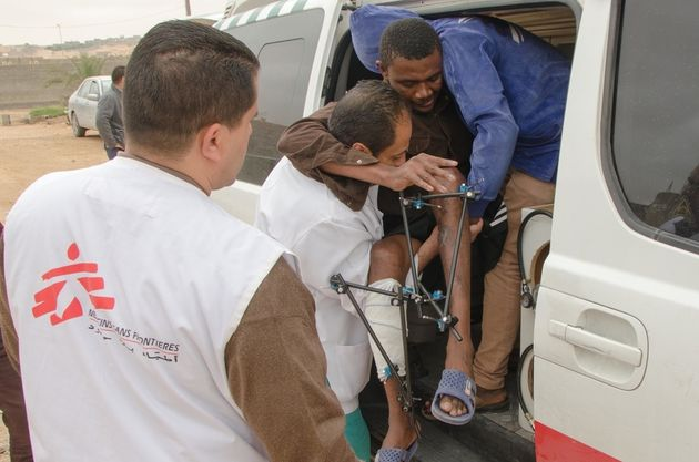 국경없는의사회 의료팀이 바니 왈리드 출신의 환자를 2차 의료 시설로 이송하고 있는 모습. 이 환자는 양쪽 다리에 골절을 입고 몇 주간 치료를 받아