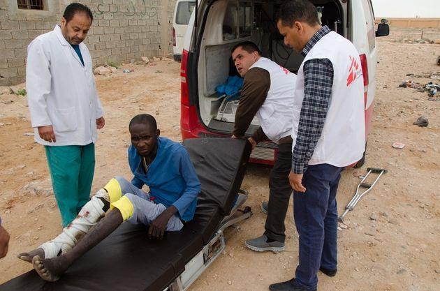 국경없는의사회 의료팀이 바니 왈리드 출신의 환자를 2차 의료 시설로 이송하고 있는 모습. 이 환자는 정강이에 개방 골절을