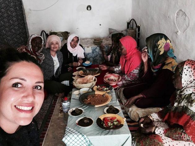Marie Frayssinet accueillie par les sœurs Jazia et Berka et leurs cousines autour de plats berbères