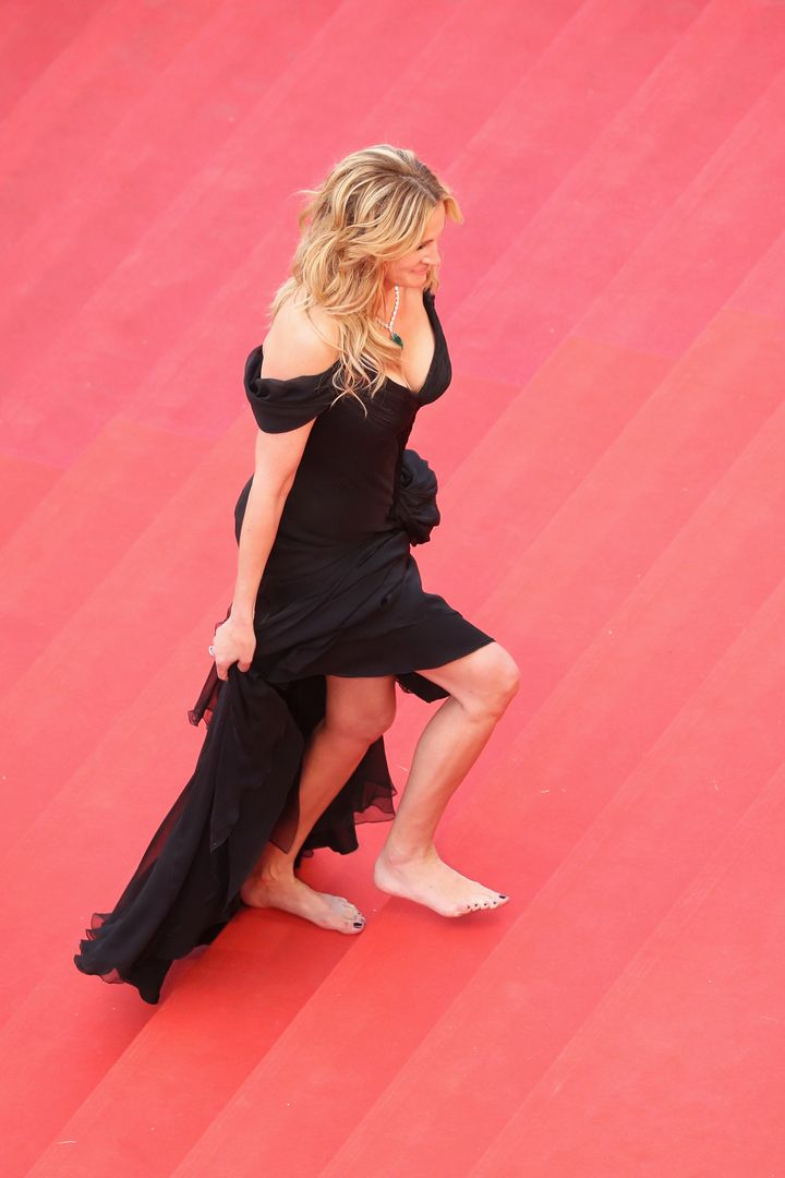Julia Roberts walks barefoot up the red carpet at the 2016 Cannes Film Festival.