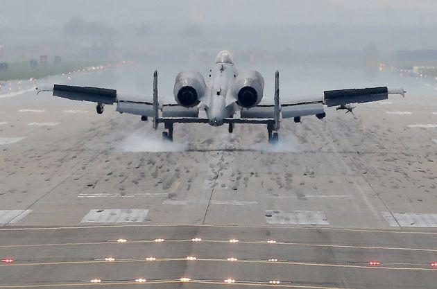 11일 오후 경기도 평택시 오산공군기지에서 임무수행을 마친 미 공군 A-10 공격기가 착륙하고 있다. 한국과 미국 공군은 이날부터 2주간 한미 공군 연합훈련인 맥스선더(Max Thunder)훈련을