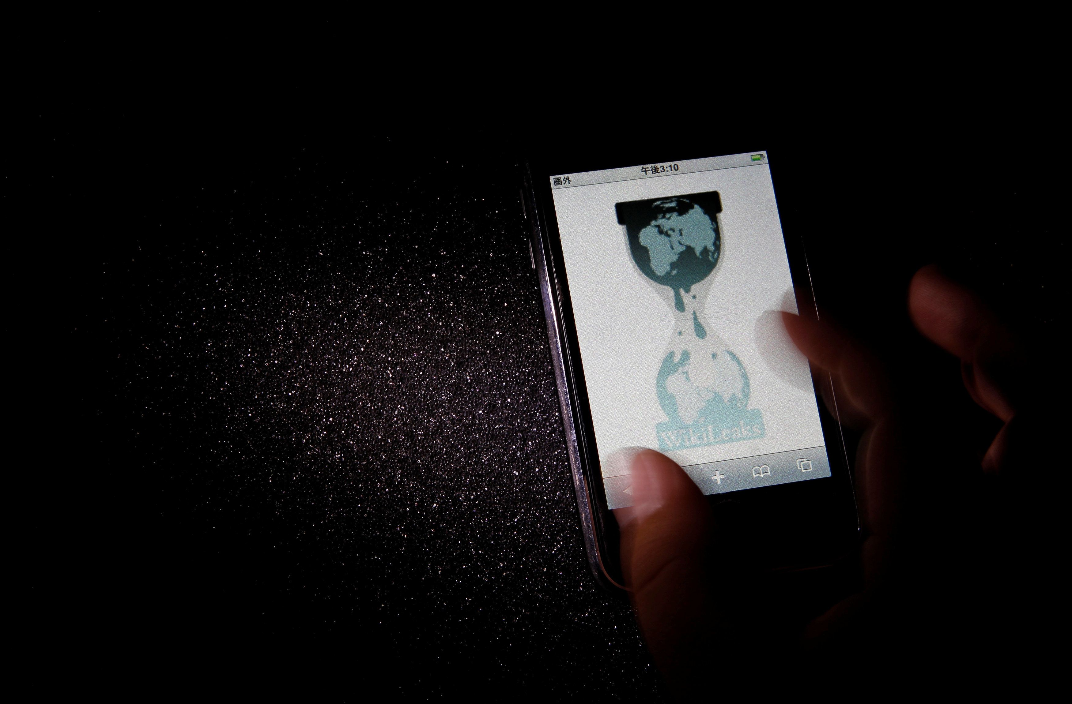 FILE PHOTO: The logo of the Wikileaks website is pictured on a smartphone in this picture illustration taken in Tokyo November 29, 2010.    REUTERS/Toru Hanai/File Photo     TPX IMAGES OF THE DAY          TPX IMAGES OF THE DAY
