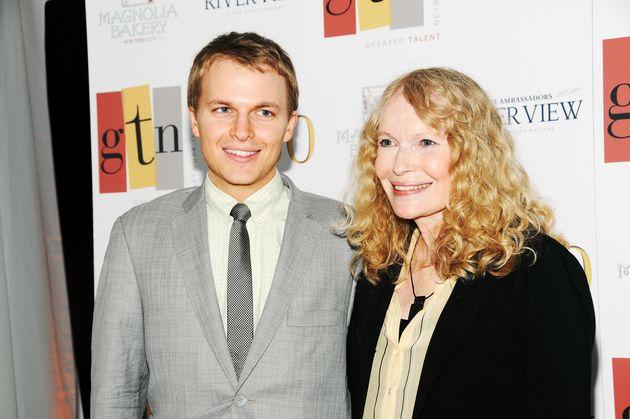 Με τη μητέρα του, Mia Farrow, το