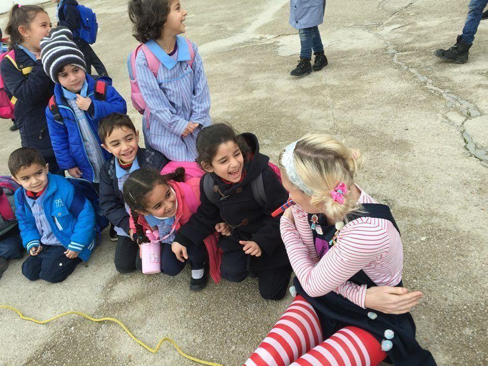 Die humanitäre Organisation bringt Kinder wieder zum