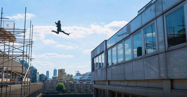 톰 크루즈가 '미션 임파서블 6' 촬영 중 발목이 부러지는 장면을 보며