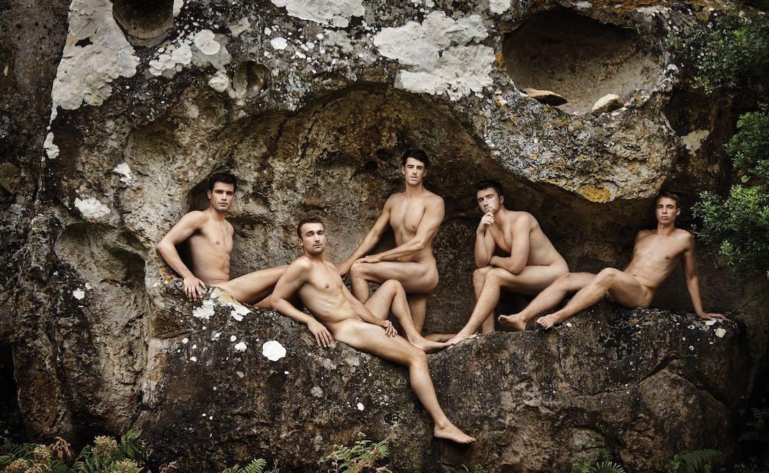 Mit ihren Nacktfotos wollenLucas Etienne (zweiter von links) und seine Mannschaftskollegen ein...