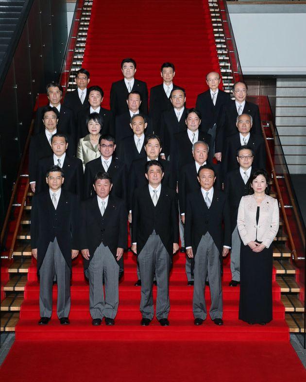아베 신조 내각 각료들. 여성은 노다 세이코 총무상 겸 여성활약담당상과 가미가와 요코 법무상