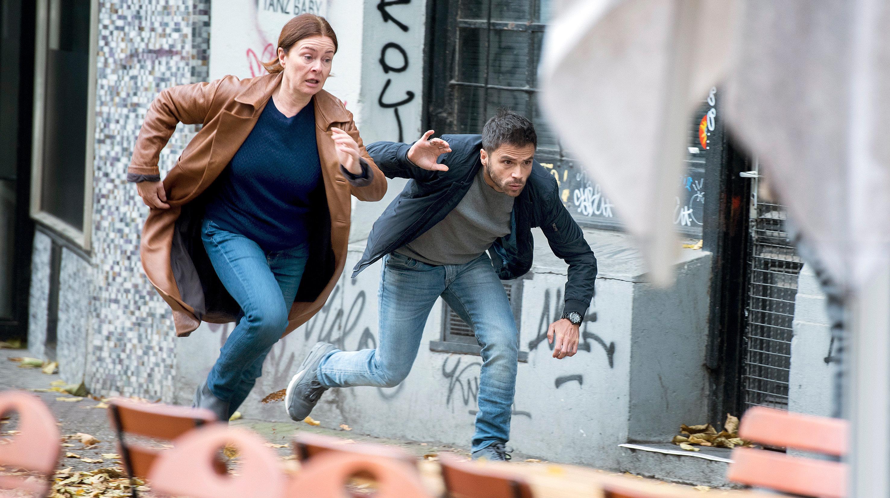 Die Schauspieler Lina Wendel als Anne Marie Fuchs und Karim Cherif als Youssef El Kilali in einer Szene des Films