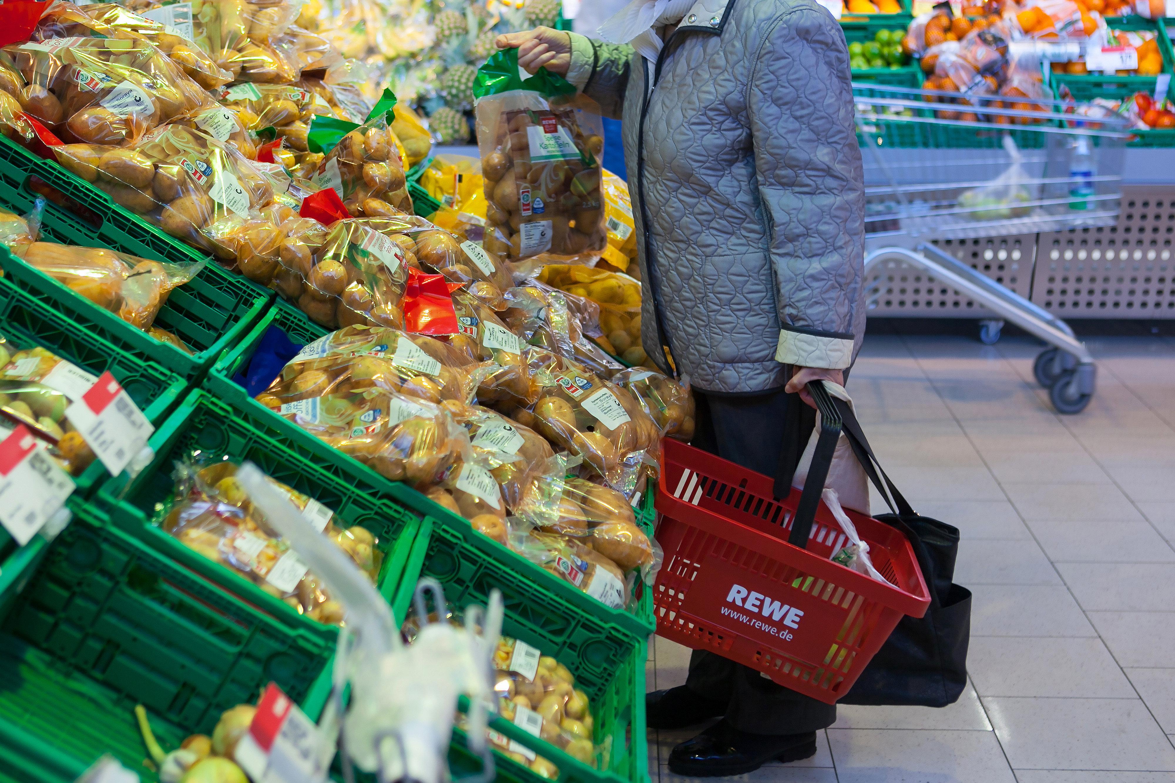 Rewe-Kundin fragt sich, wieso Gemüse so schnell schimmelt – ihre Antwort darauf findet sie im