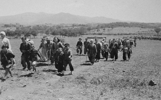 산으로 피신한 주민들이 마을로 돌아가고 있다. 1948년 5월15일