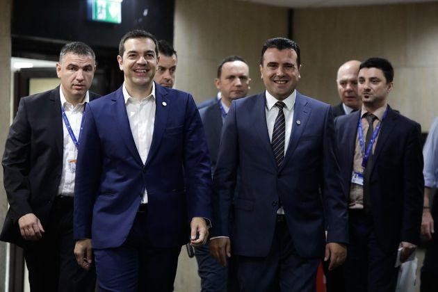 Ο Τσίπρας ενημερώνει τους πολιτικούς αρχηγούς και Παυλόπουλο για το ονοματολογικό της