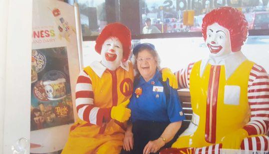 Was uns eine 90-jährige McDonalds-Mitarbeiterin über Glück beibringen