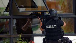 Polizisten wollen ein Haus stürmen – plötzlich fällt ein nackter Mann vom