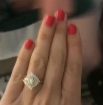 Frau verschickt Foto von Verlobungsring und übersieht pikantes Detail im Hintergrund