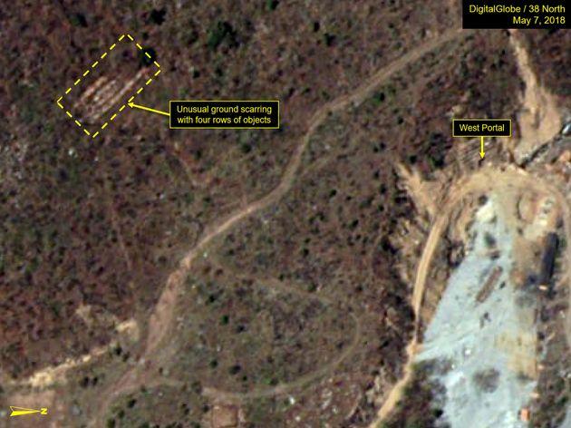 5월7일 촬영된 위성 사진. 언덕 위에 공사 중인 흔적이