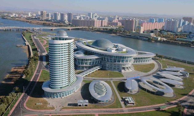 평양의 과학기술전당(사진)은 미래과학자거리와 더불어 '과학도시'의 면모를 보여주는 평양의 주요한 랜드마크가