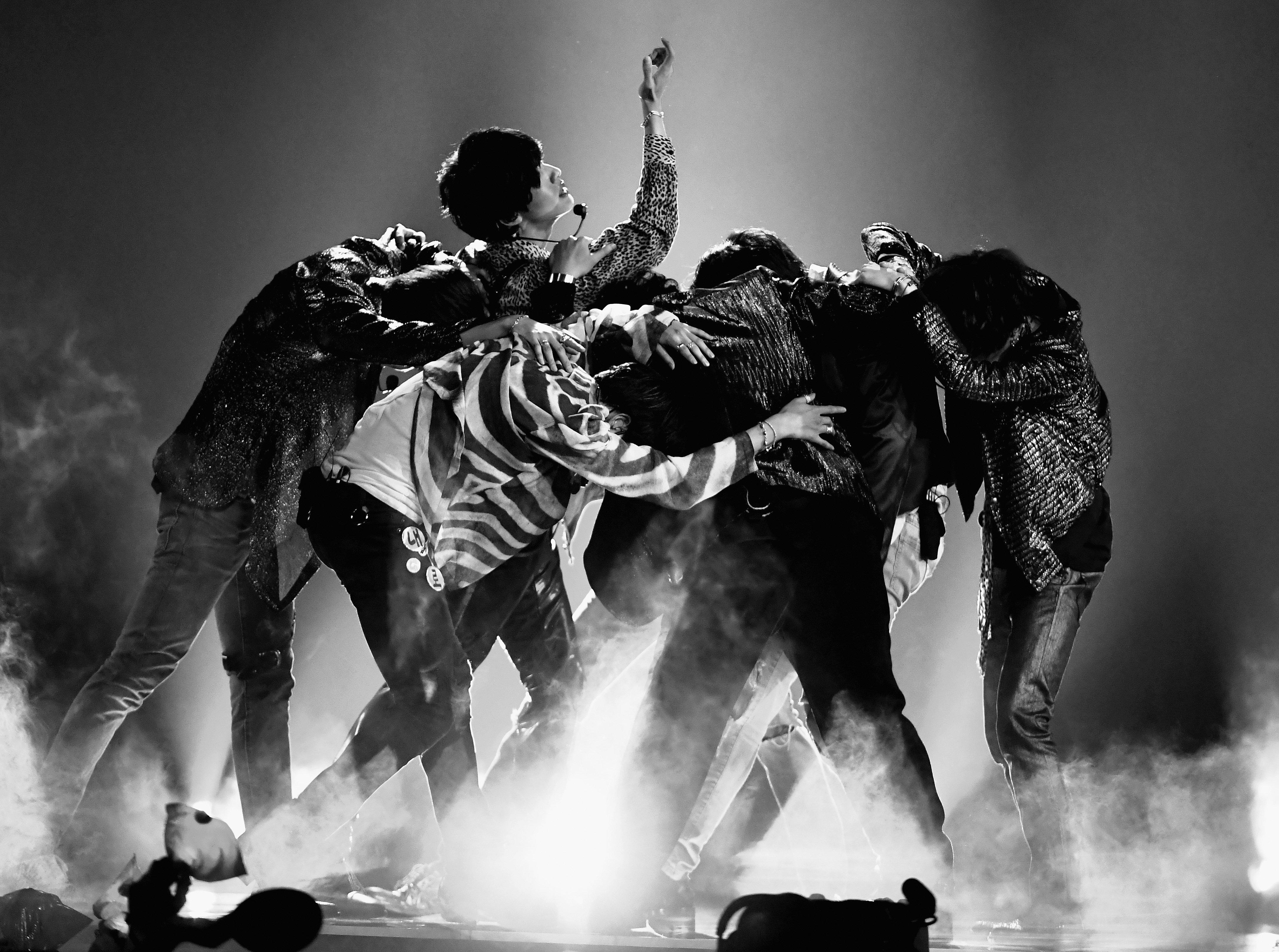 방탄소년단이 신곡 'Fake Love' 무대를 최초 공개했다