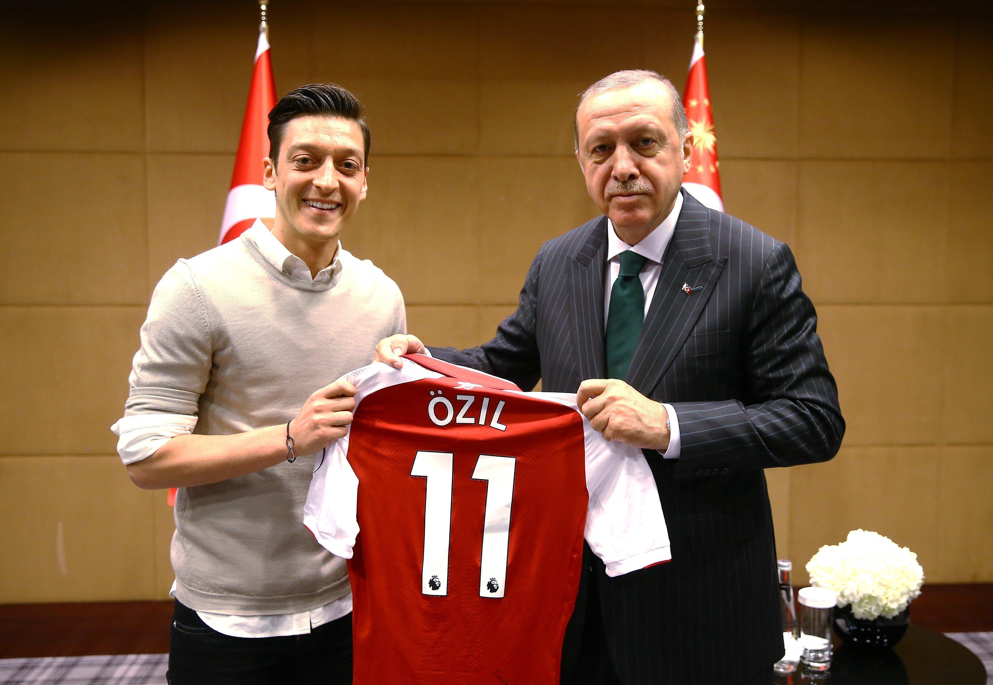 Geschenkfür einen Despoten: Nationalspieler Mesut Özil überreichte dem türkischen...