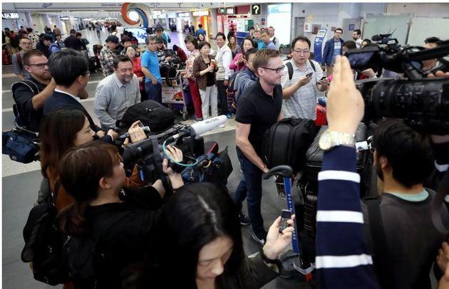 22일 아침 외신 기자들이 23~25일 북한 풍계리 핵실험장 폐기 행사를 취재하기 위해 중국 베이징 서우두 공항에서 원산행 고려항공 전용기 탑승을 위해 이동하고