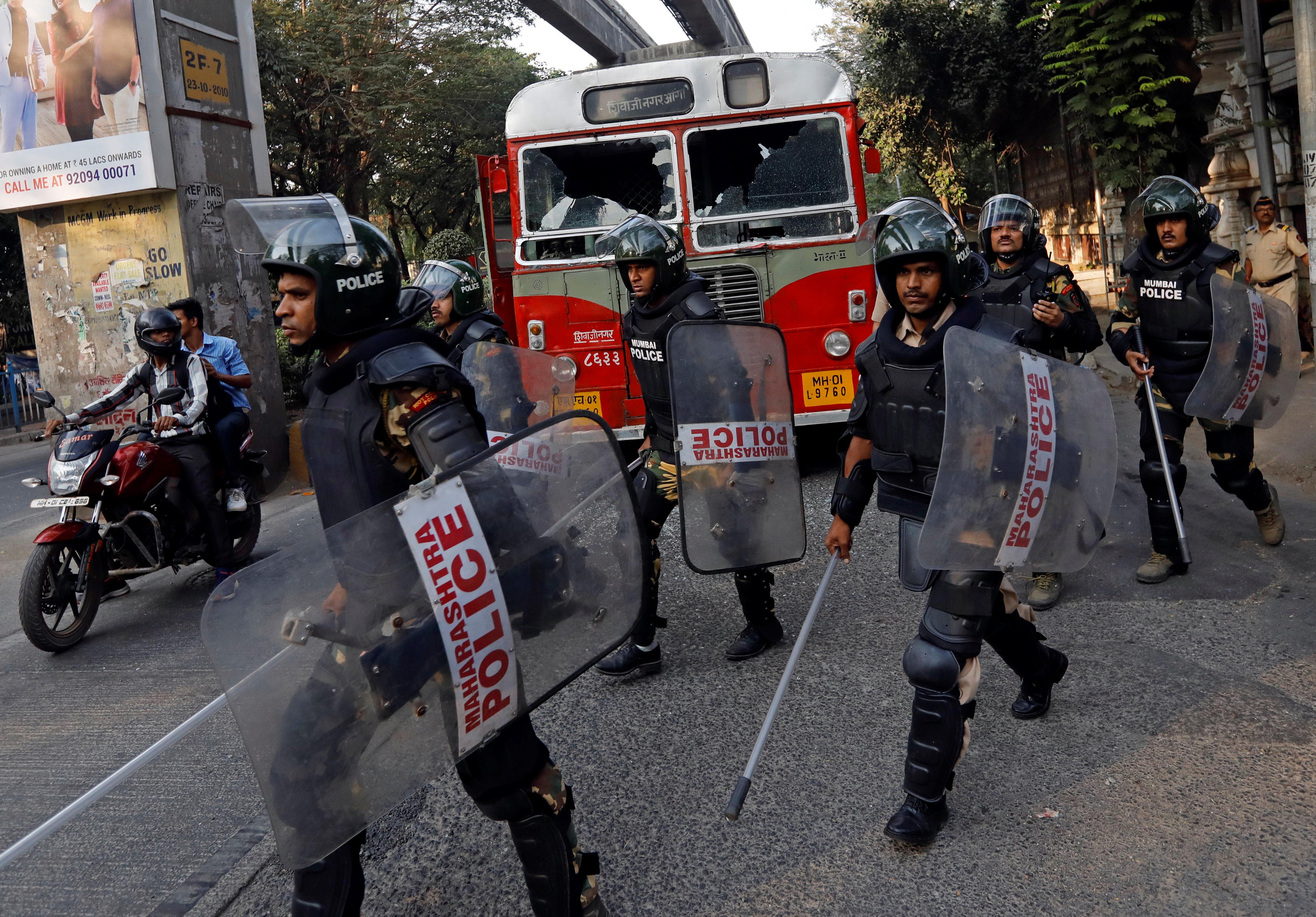 Ινδία: 12 νεκροί από σφαίρες αστυνομικών κατά τη διάρκεια εκτεταμένων επεισοδίων σε
