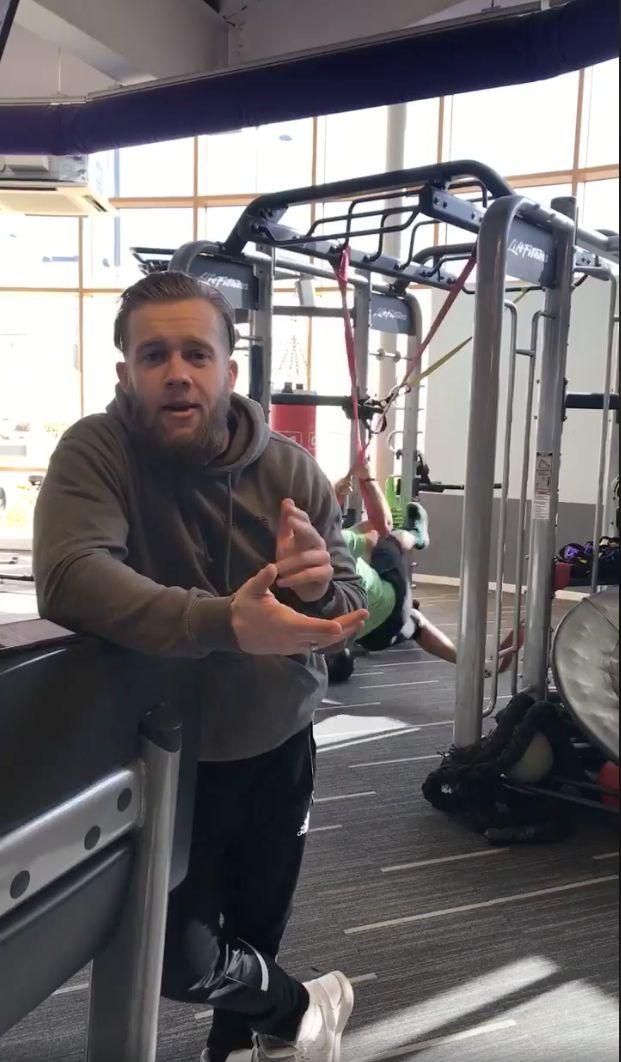 Fitness-Trainer posiert für die Kamera – im Hintergrund scheitert ein Mann gnadenlos an seinem