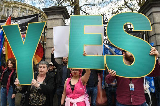 Quienes hacen campaña por el 'Sí' tapan los carteles de los grupos anti-aborto con banderas irlandesas...