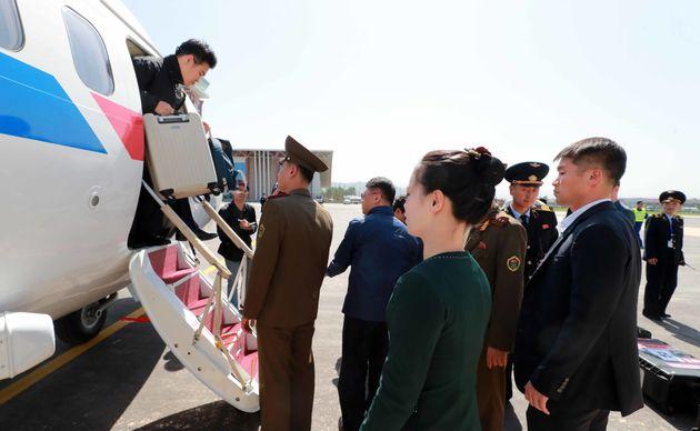풍계리 핵실험장 폐기 남측 공동취재단이 23일 정부 수송기편으로 북한 강원도 원산 갈마비행장에 도착해 비행기에서 내리고