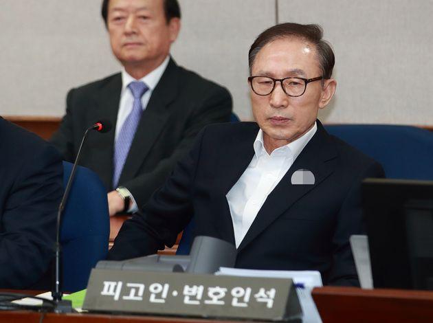 이명박 전 대통령이 23일 오후 서울 서초구 서울중앙지방법원에서 열린 첫 공판에 출석, 재판 시작을 기다리고