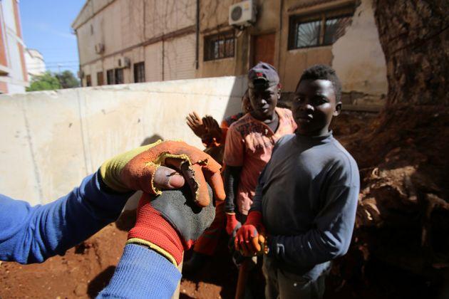 De jeunes migrants subsahariens travaillent dans un chantier à Alger, le 29 juin